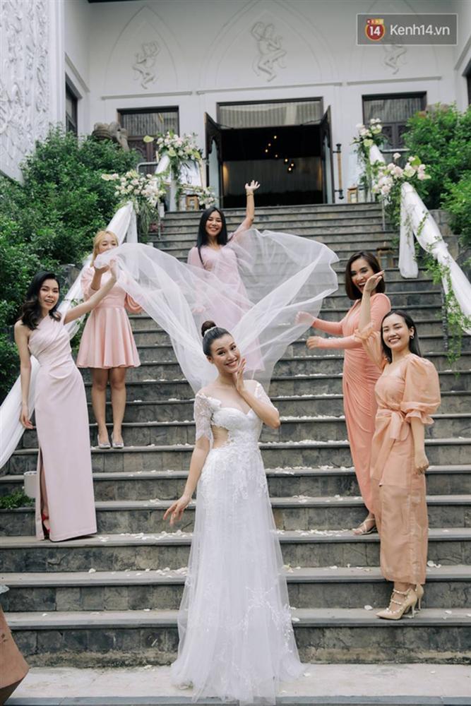 Nhã Phương sánh đôi với Trường Giang, cùng dàn sao Vbiz tới chung vui trong đám cưới Hoàng Oanh-24