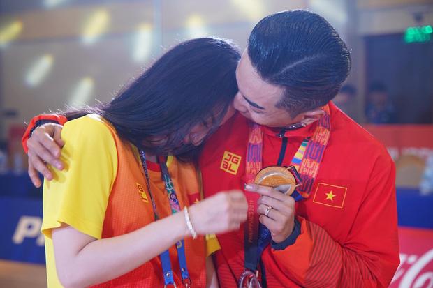 Phan Hiển chính thức giành HCV tại Seagames 30, Khánh Thi lập tức òa khóc nức nở, ôm chầm lấy chồng vì quá hạnh phúc!-4