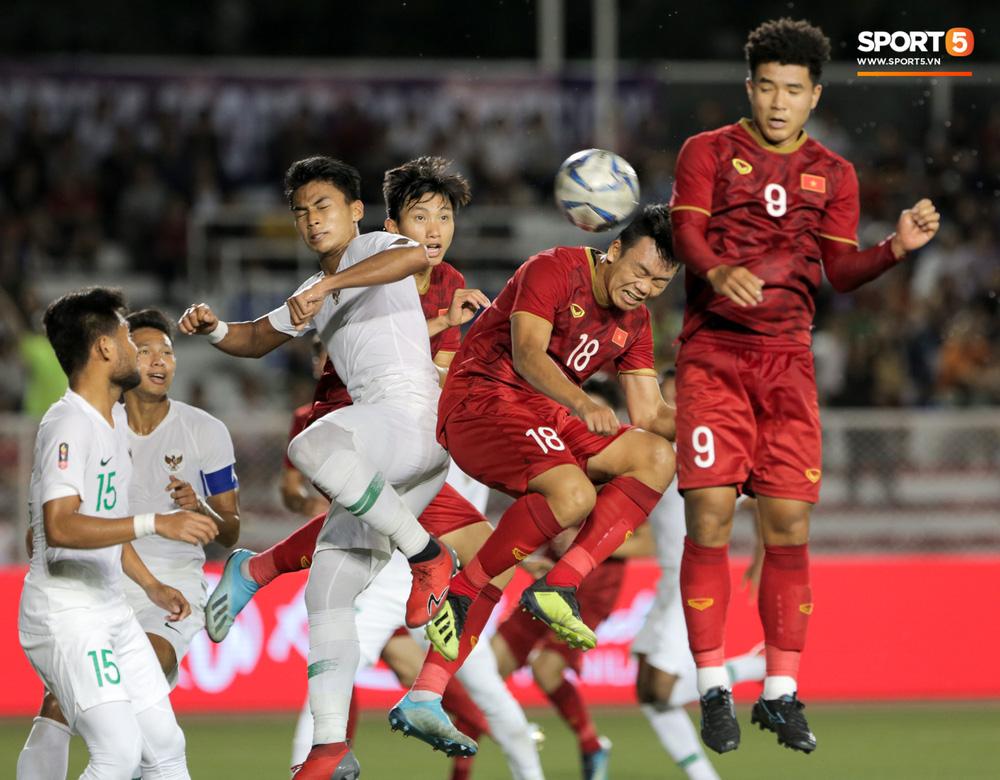 Hình ảnh vừa buồn cười, vừa thương khi bác sĩ của U22 Việt Nam hối hả tiếp nước cho cầu thủ ở trận thắng Indonesia-1