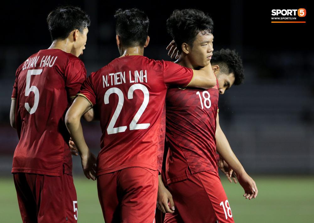 Hình ảnh vừa buồn cười, vừa thương khi bác sĩ của U22 Việt Nam hối hả tiếp nước cho cầu thủ ở trận thắng Indonesia-2