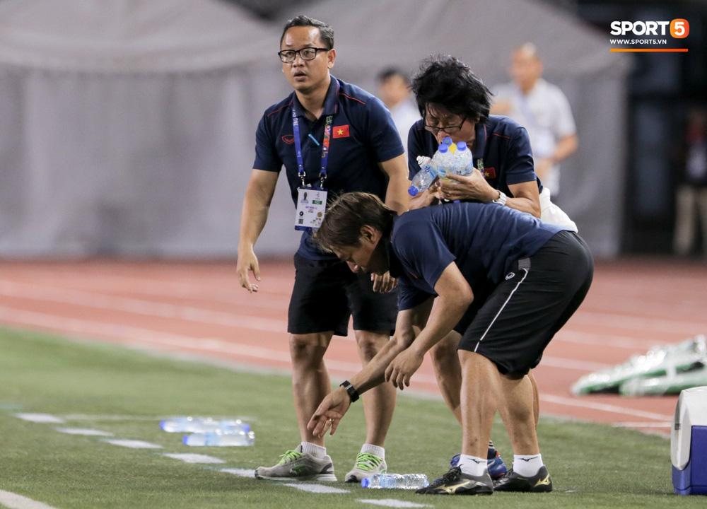 Hình ảnh vừa buồn cười, vừa thương khi bác sĩ của U22 Việt Nam hối hả tiếp nước cho cầu thủ ở trận thắng Indonesia-3