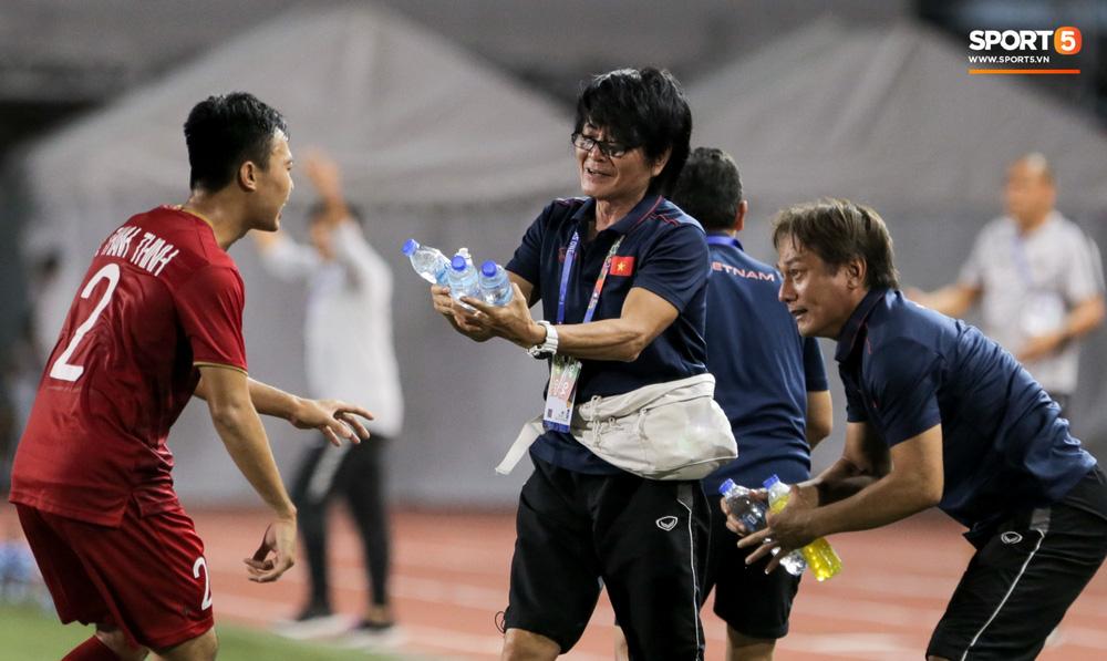 Hình ảnh vừa buồn cười, vừa thương khi bác sĩ của U22 Việt Nam hối hả tiếp nước cho cầu thủ ở trận thắng Indonesia-5