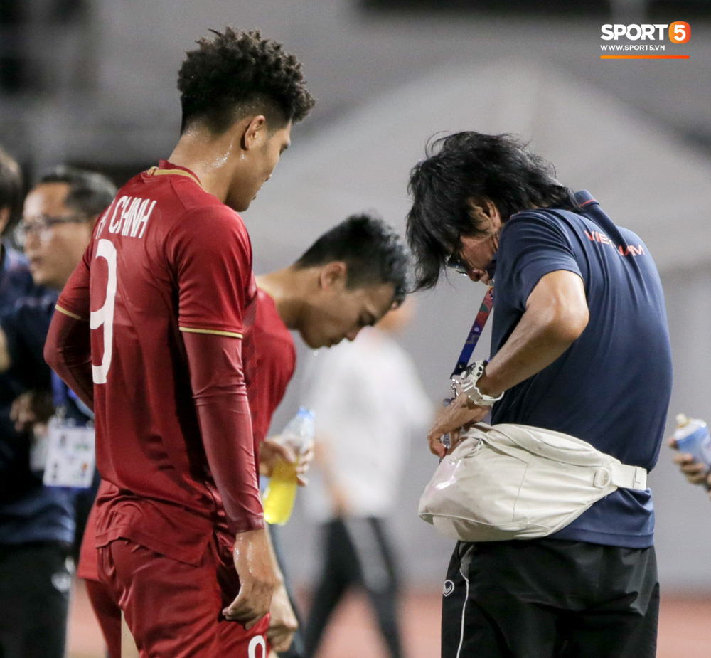 Hình ảnh vừa buồn cười, vừa thương khi bác sĩ của U22 Việt Nam hối hả tiếp nước cho cầu thủ ở trận thắng Indonesia-6