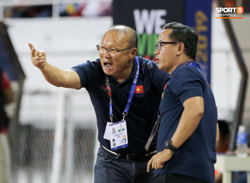 Hình ảnh vừa buồn cười, vừa thương khi bác sĩ của U22 Việt Nam hối hả tiếp nước cho cầu thủ ở trận thắng Indonesia-7