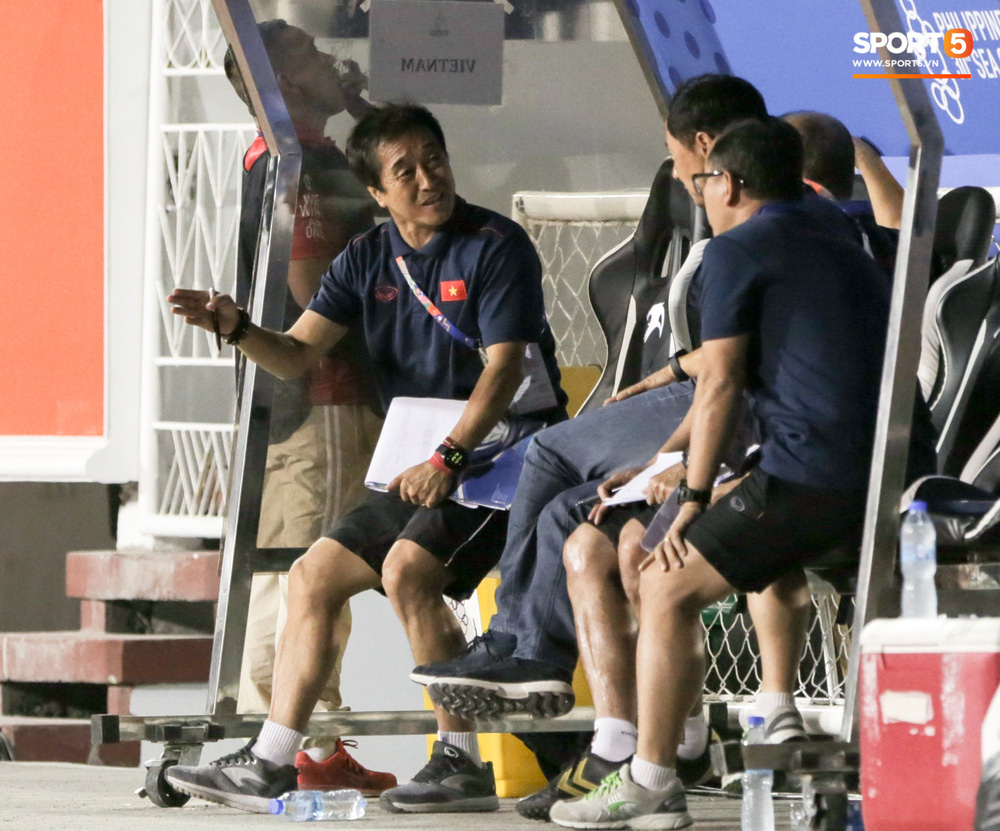 Hình ảnh vừa buồn cười, vừa thương khi bác sĩ của U22 Việt Nam hối hả tiếp nước cho cầu thủ ở trận thắng Indonesia-9