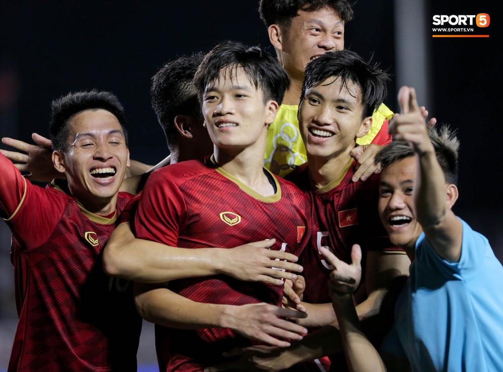 Hình ảnh vừa buồn cười, vừa thương khi bác sĩ của U22 Việt Nam hối hả tiếp nước cho cầu thủ ở trận thắng Indonesia-10