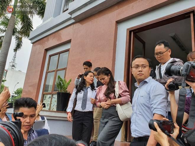 Xin đổi thẩm phán không thành, bà Lê Hoàng Diệp Thảo rưng rưng: Cả 5 mẹ con tôi van xin HĐXX xem xét để chúng tôi có cơ hội đoàn tụ, chăm sóc sức khỏe cho chồng-6