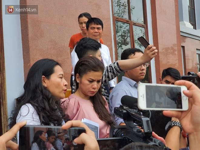 Xin đổi thẩm phán không thành, bà Lê Hoàng Diệp Thảo rưng rưng: Cả 5 mẹ con tôi van xin HĐXX xem xét để chúng tôi có cơ hội đoàn tụ, chăm sóc sức khỏe cho chồng-7