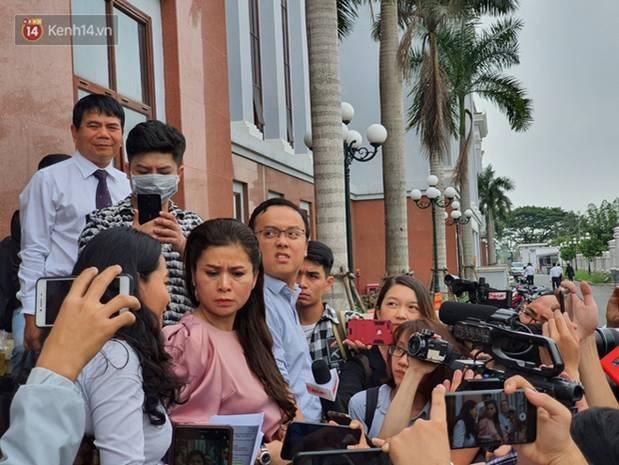 Xin đổi thẩm phán không thành, bà Lê Hoàng Diệp Thảo rưng rưng: Cả 5 mẹ con tôi van xin HĐXX xem xét để chúng tôi có cơ hội đoàn tụ, chăm sóc sức khỏe cho chồng-8