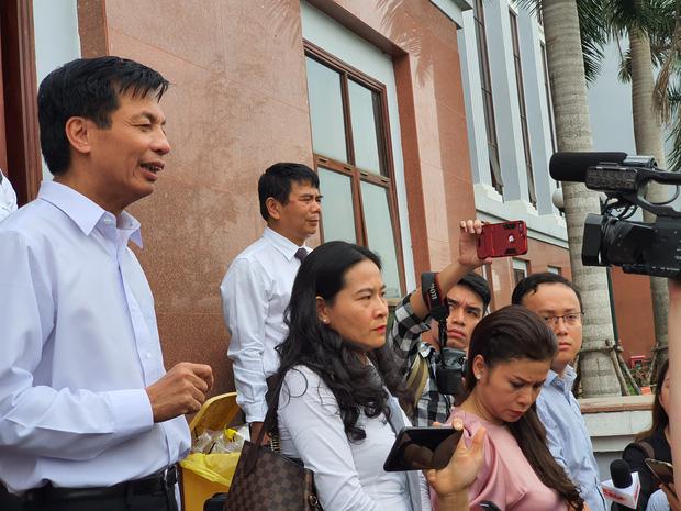 Xin đổi thẩm phán không thành, bà Lê Hoàng Diệp Thảo rưng rưng: Cả 5 mẹ con tôi van xin HĐXX xem xét để chúng tôi có cơ hội đoàn tụ, chăm sóc sức khỏe cho chồng-10