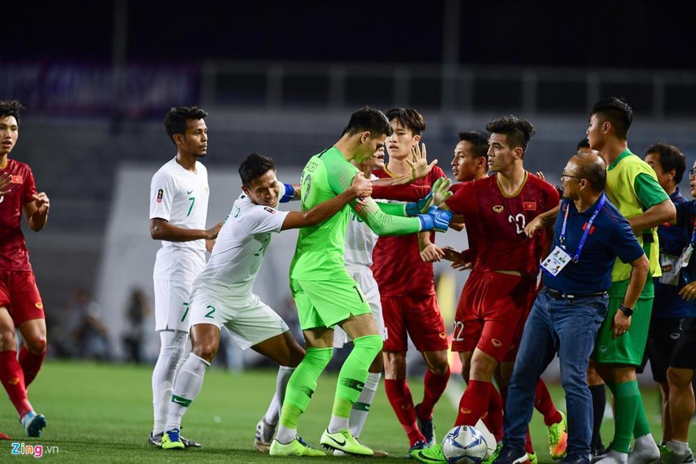 HLV Park kéo học trò ra khỏi cuộc lộn xộn với U22 Indonesia-3