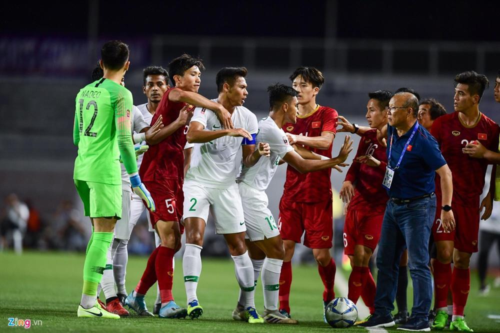 HLV Park kéo học trò ra khỏi cuộc lộn xộn với U22 Indonesia-4