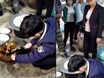 Hình ảnh có 1-0-2 khi chàng rể lần đầu trổ tài chặt thịt gà nhưng 4 bề xung quanh lại bị bố mẹ, cô, dì, thím bên vợ kè kè giám sát đến thương