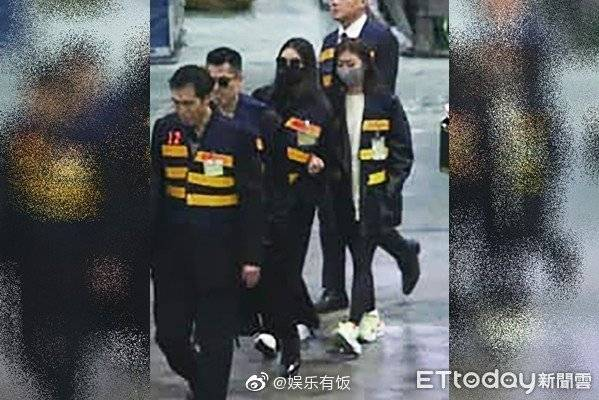 Hình ảnh nhà sư cùng bạn gái Cao Dĩ Tường xuất hiện, đích thân đưa thi hài nam tài tử về nhà-1