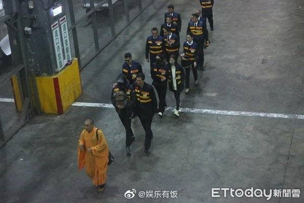 Hình ảnh nhà sư cùng bạn gái Cao Dĩ Tường xuất hiện, đích thân đưa thi hài nam tài tử về nhà-2