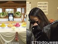 Hình ảnh tại tang lễ Cao Dĩ Tường, bạn gái Bella đứng khóc nức nở một góc