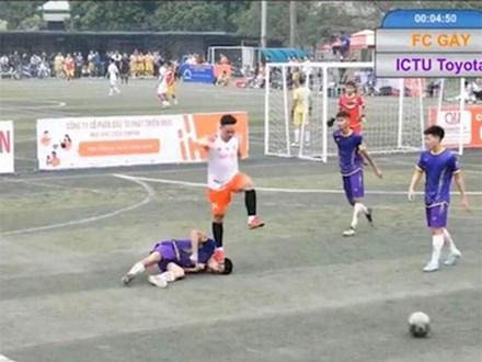 Cầu thủ bóng đá bị giẫm lên mặt đến co giật, bất tỉnh: