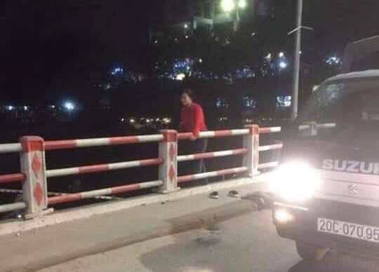 Người phụ nữ để lại tư trang trên cầu rồi nhảy xuống sông-2