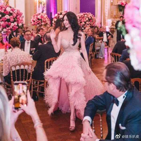 Đêm tiệc giới siêu giàu gây chú ý với màn ra mắt của 19 tiểu thư lá ngọc cành vàng, nổi bật nhất lại là cô gái châu Á này-6