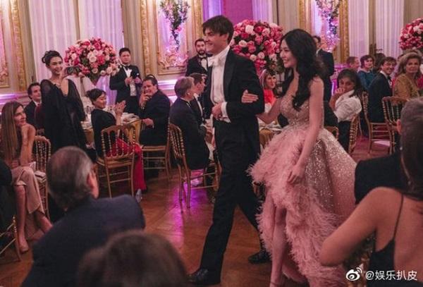 Đêm tiệc giới siêu giàu gây chú ý với màn ra mắt của 19 tiểu thư lá ngọc cành vàng, nổi bật nhất lại là cô gái châu Á này-7
