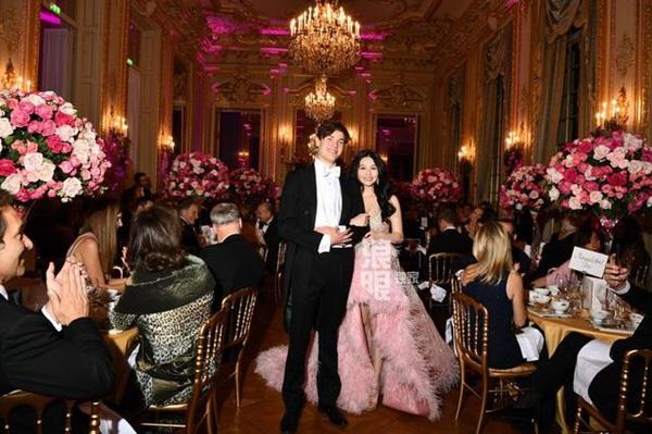 Đêm tiệc giới siêu giàu gây chú ý với màn ra mắt của 19 tiểu thư lá ngọc cành vàng, nổi bật nhất lại là cô gái châu Á này-9