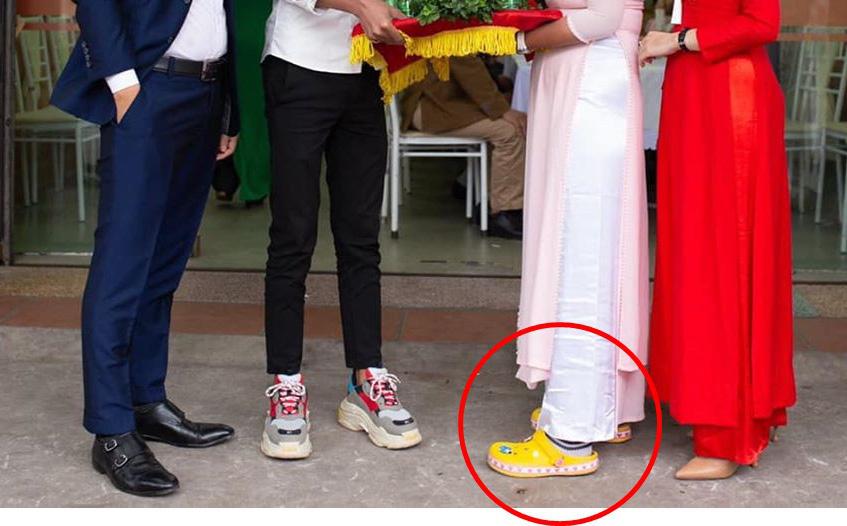 Hình ảnh trong lễ ăn hỏi gây sốt: Đôi nam nữ bê tráp và hai đôi giày kém duyên-1