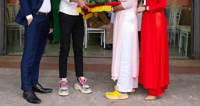 Hình ảnh trong lễ ăn hỏi gây sốt: Đôi nam nữ bê tráp và hai đôi giày kém duyên-2