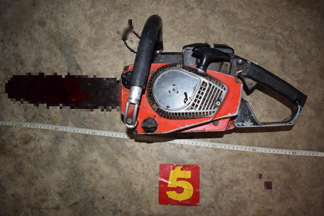 Kinh hoàng: Mâu thuẫn với vợ, người đàn ông dùng cưa máy cắt cổ tự tử-1