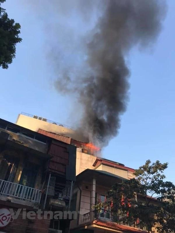 Cháy lớn quán karaoke sắp khai trương trên phố Thi Sách-1