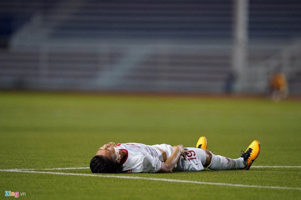 Quang Hải bị đau rời sân sau gần 20 phút gặp Singapore-3