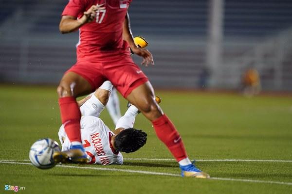 Quang Hải bị đau rời sân sau gần 20 phút gặp Singapore-4