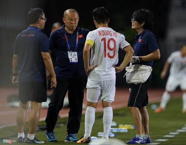 Quang Hải bị đau rời sân sau gần 20 phút gặp Singapore-5