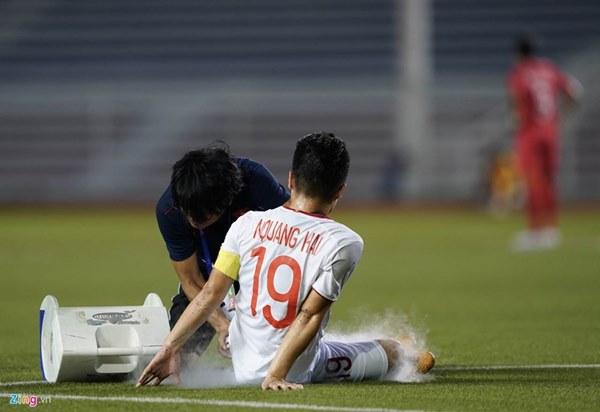Quang Hải bị đau rời sân sau gần 20 phút gặp Singapore-6