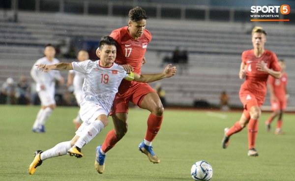 Tìm ra Info cầu thủ Singapore va chạm khiến Quang Hải đau đớn rời sân sớm: Chiều cao khủng hơn cả Văn Hậu, có bố là HLV trưởng của đội-1