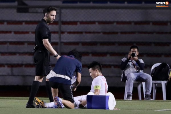 Tìm ra Info cầu thủ Singapore va chạm khiến Quang Hải đau đớn rời sân sớm: Chiều cao khủng hơn cả Văn Hậu, có bố là HLV trưởng của đội-2