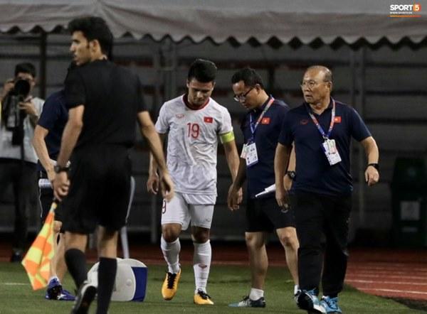 Tìm ra Info cầu thủ Singapore va chạm khiến Quang Hải đau đớn rời sân sớm: Chiều cao khủng hơn cả Văn Hậu, có bố là HLV trưởng của đội-3