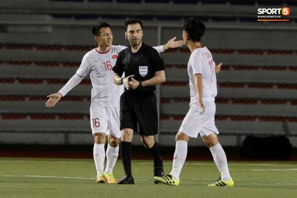 HLV Park Hang-seo lao vào sân, CĐV la ó vì trọng tài cướp trắng quả phạt góc của U22 Việt Nam-1
