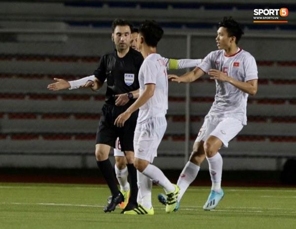 HLV Park Hang-seo lao vào sân, CĐV la ó vì trọng tài cướp trắng quả phạt góc của U22 Việt Nam-2