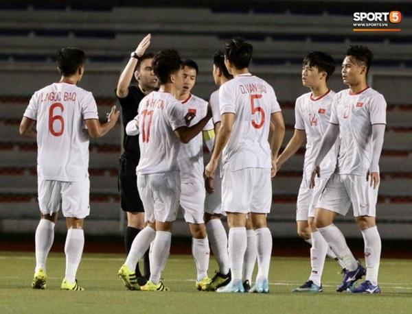 HLV Park Hang-seo lao vào sân, CĐV la ó vì trọng tài cướp trắng quả phạt góc của U22 Việt Nam-3