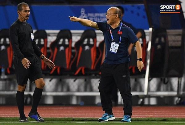 HLV Park Hang-seo lao vào sân, CĐV la ó vì trọng tài cướp trắng quả phạt góc của U22 Việt Nam-4