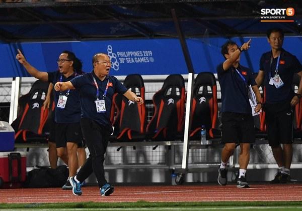 HLV Park Hang-seo lao vào sân, CĐV la ó vì trọng tài cướp trắng quả phạt góc của U22 Việt Nam-6