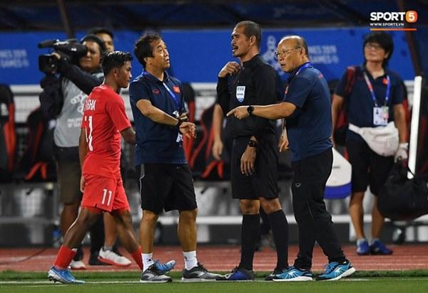 HLV Park Hang-seo lao vào sân, CĐV la ó vì trọng tài cướp trắng quả phạt góc của U22 Việt Nam-7
