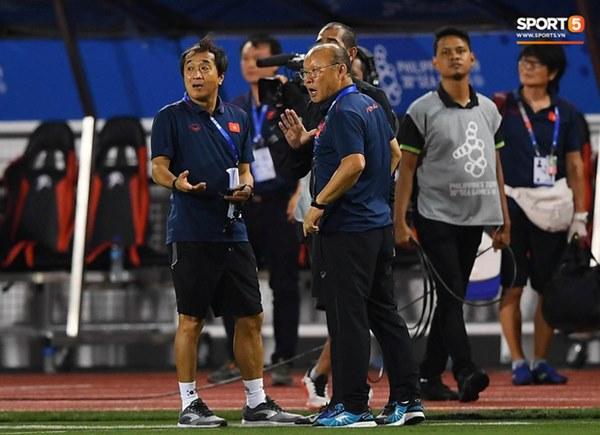 HLV Park Hang-seo lao vào sân, CĐV la ó vì trọng tài cướp trắng quả phạt góc của U22 Việt Nam-8