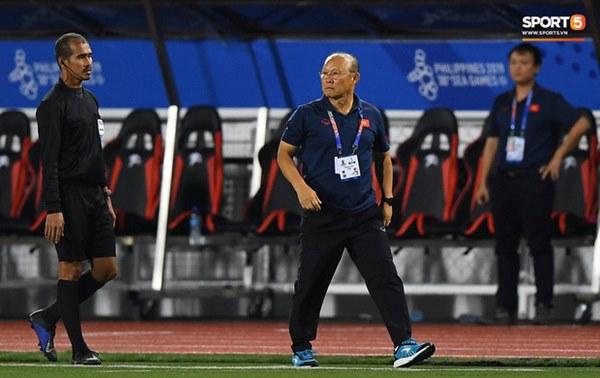 HLV Park Hang-seo lao vào sân, CĐV la ó vì trọng tài cướp trắng quả phạt góc của U22 Việt Nam-9