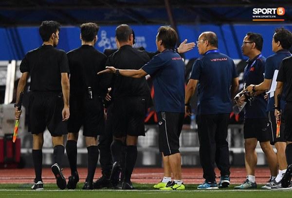 HLV Park Hang-seo lao vào sân, CĐV la ó vì trọng tài cướp trắng quả phạt góc của U22 Việt Nam-10