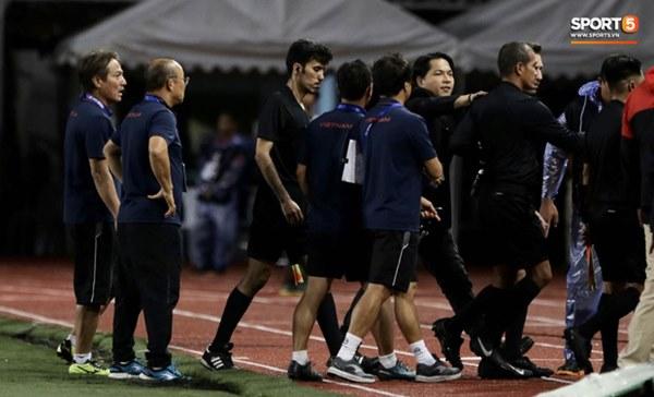 HLV Park Hang-seo lao vào sân, CĐV la ó vì trọng tài cướp trắng quả phạt góc của U22 Việt Nam-11