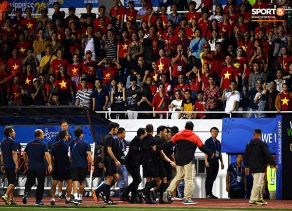 HLV Park Hang-seo lao vào sân, CĐV la ó vì trọng tài cướp trắng quả phạt góc của U22 Việt Nam-12