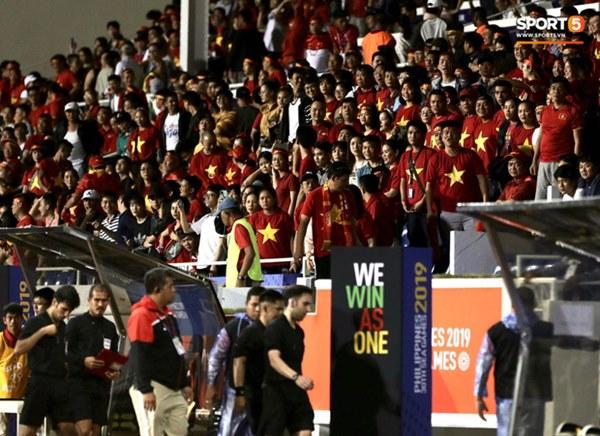 HLV Park Hang-seo lao vào sân, CĐV la ó vì trọng tài cướp trắng quả phạt góc của U22 Việt Nam-13