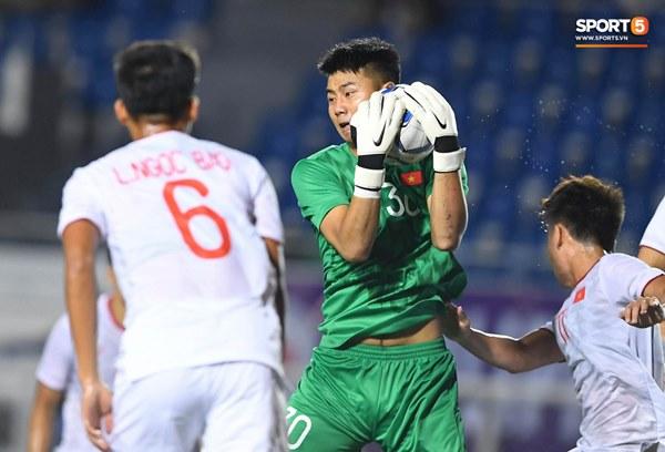 Chùm ảnh đẹp những pha không chiến của Việt Nam ở trận thắng kịch tính Singapore-14