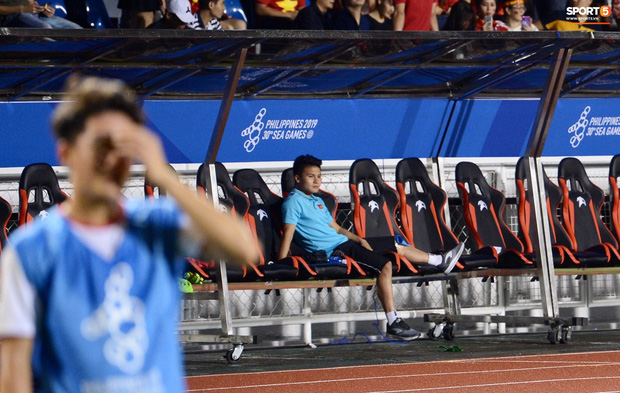 Quang Hải buồn bã, hướng ánh mắt tiếc nuối về phía các đồng đội sau khi bất đắc dĩ rời sân vì chấn thương-4